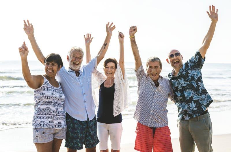 Grupo de mayores en la playa imagen de archivo libre de regalías
