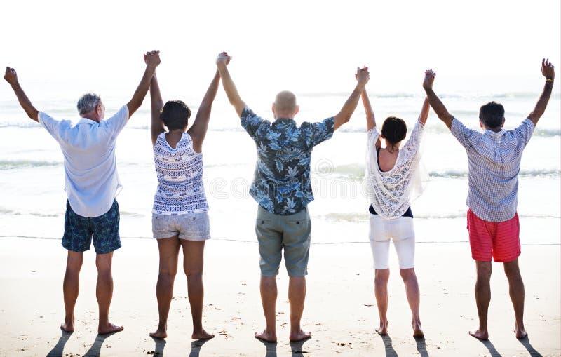 Grupo de mayores en la playa fotografía de archivo libre de regalías
