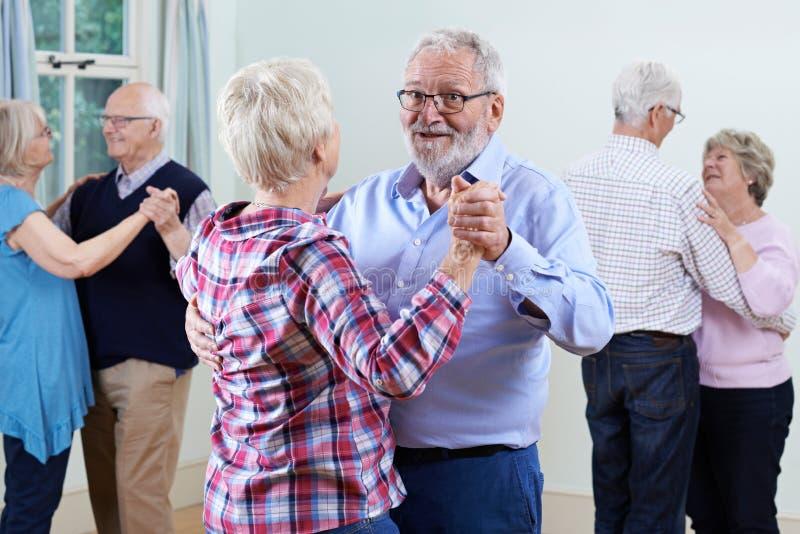Grupo de mayores que gozan del club de baile junto imagen de archivo libre de regalías