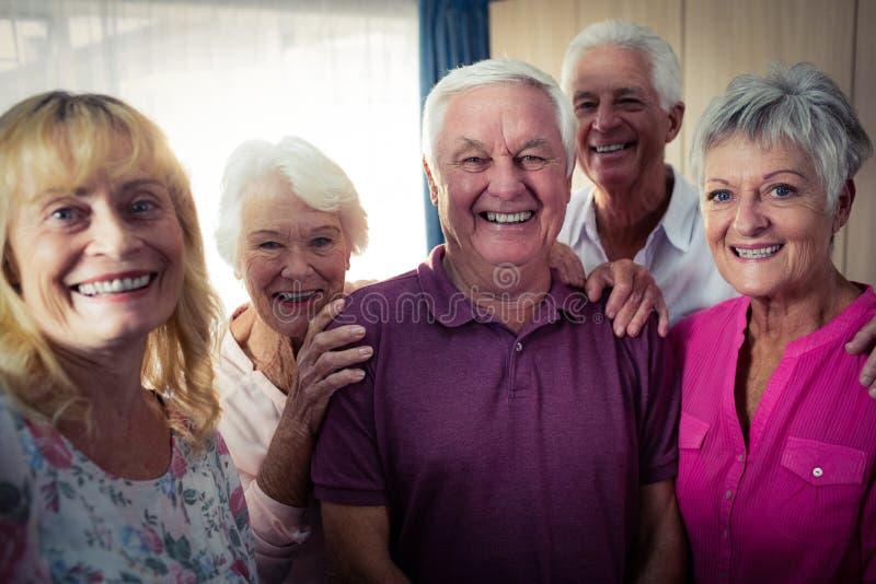 Grupo de mayores que hacen un selfie con un smartphone imagenes de archivo
