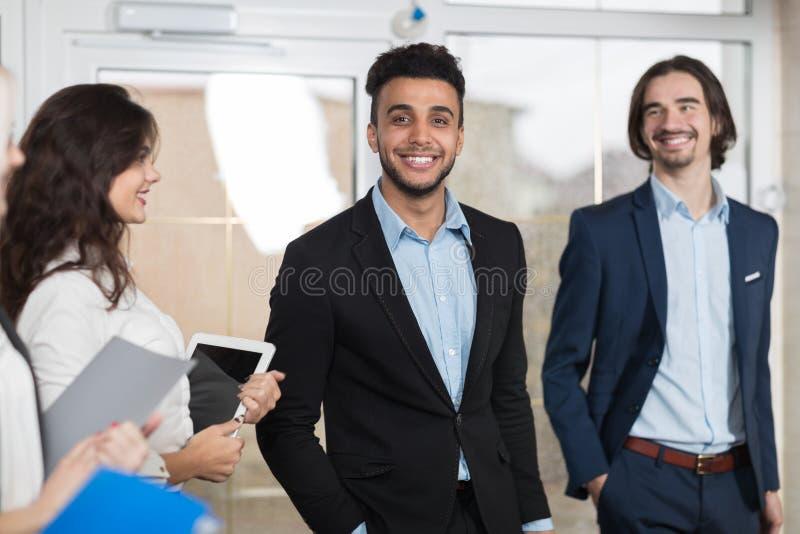 Grupo de Meeting Business People del recepcionista del hotel en pasillo fotografía de archivo