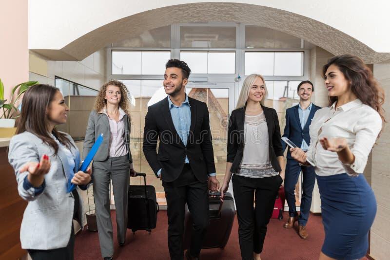Grupo de Meeting Business People del recepcionista del hotel en pasillo fotografía de archivo libre de regalías