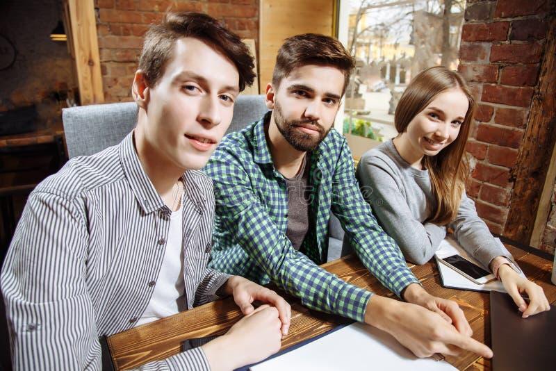 Grupo de melhores amigos alegres felizes que fazem o selfie foto de stock royalty free