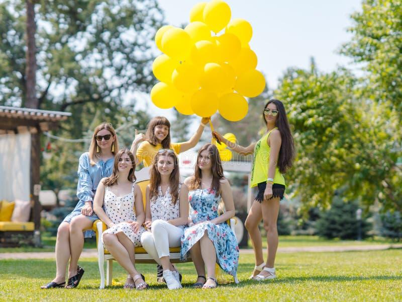 Grupo de meninas bonitas que riem no gramado imagens de stock royalty free
