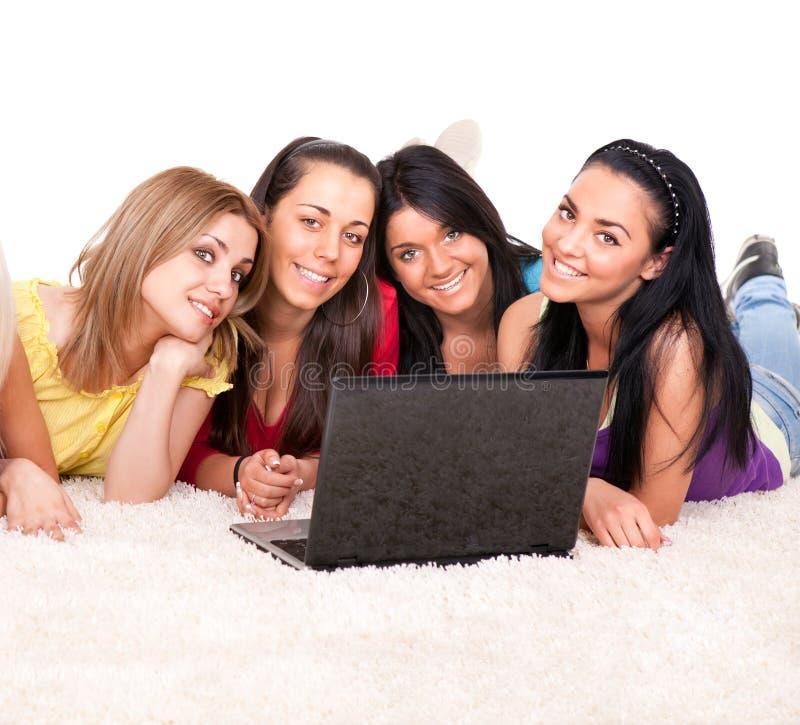 Grupo de meninas felizes que surfam no Internet imagens de stock royalty free