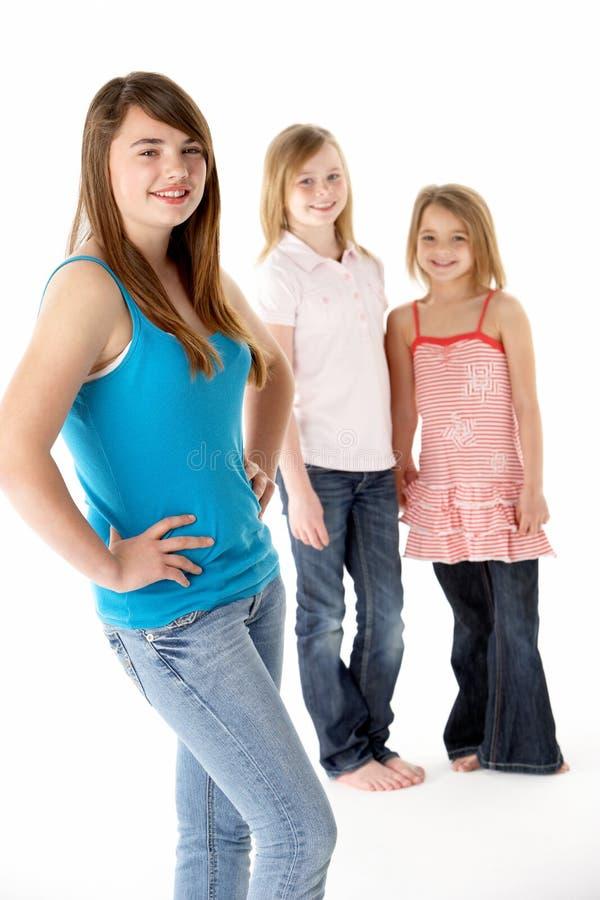 Grupo de meninas junto no estúdio fotos de stock royalty free