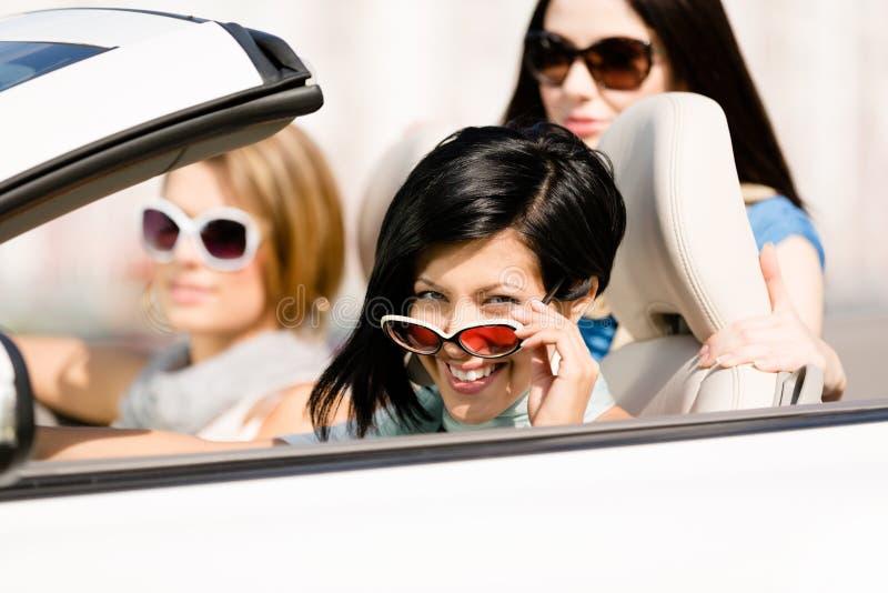 Grupo de meninas no carro convertível fotos de stock