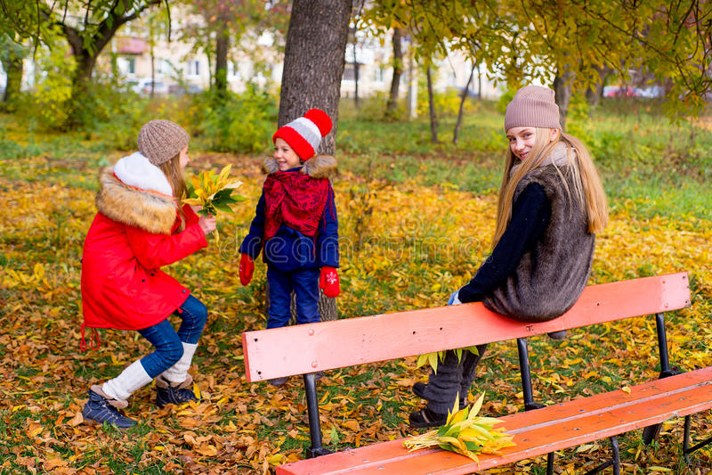 Grupo de meninas no parque do outono com folhas imagem de stock royalty free