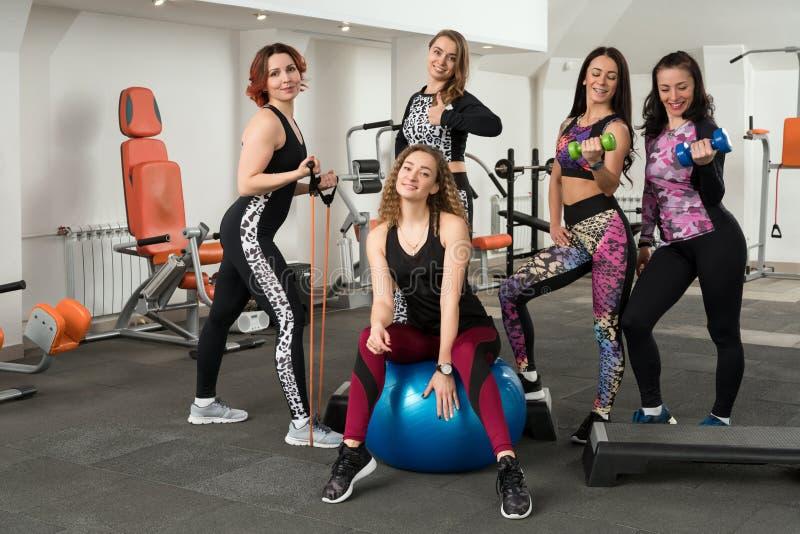 Grupo de meninas que treinam em um tiro do gym foto de stock