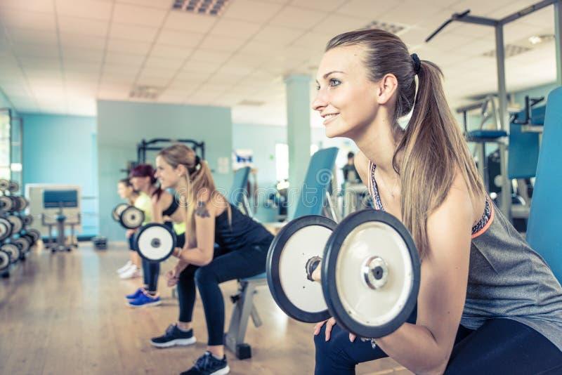 Grupo de meninas que treinam no gym fotos de stock