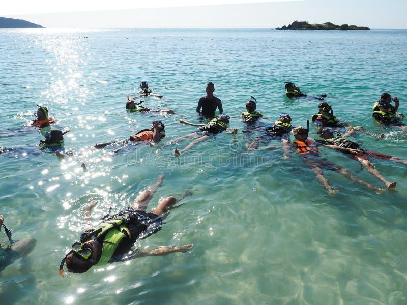 Grupo de mergulhadores no mar foto de stock