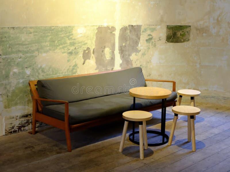 Grupo de mesa de centro y de sofá imagenes de archivo