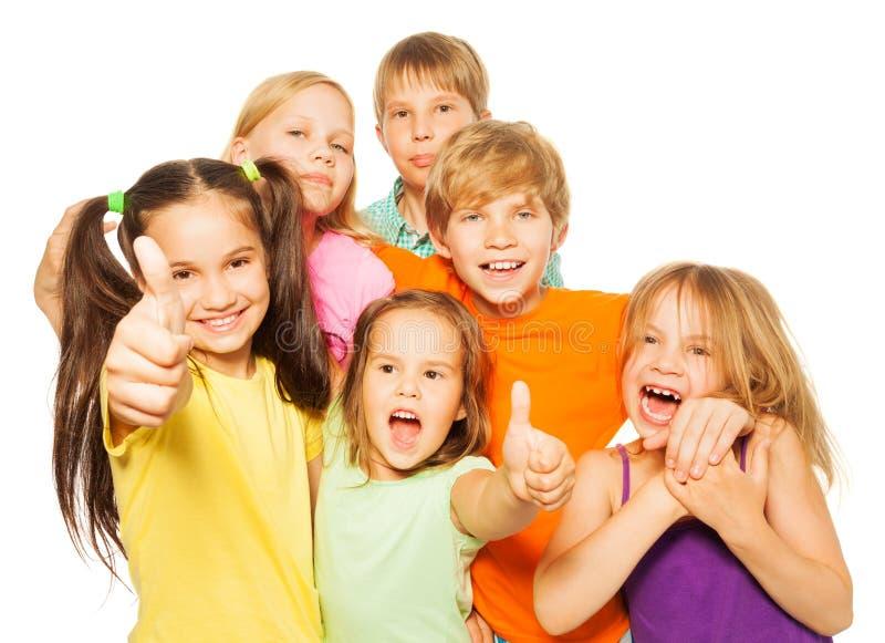 Grupo de miúdos com polegares acima fotos de stock royalty free