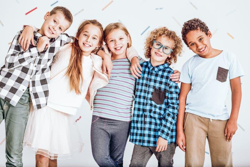Grupo de miúdos com sinal ou a bandeira em branco foto de stock royalty free