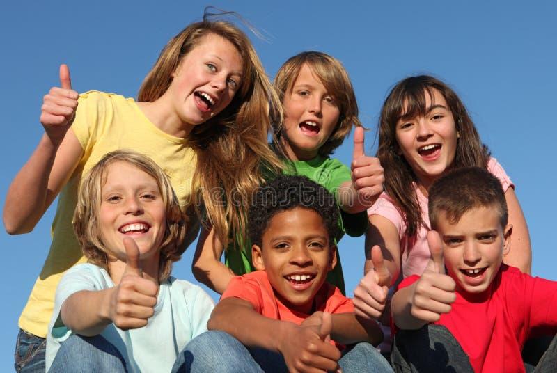 Grupo de miúdos felizes confiáveis fotos de stock royalty free