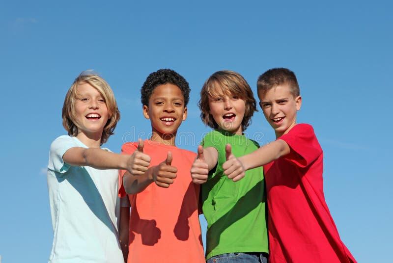 Grupo de miúdos positivos felizes fotografia de stock
