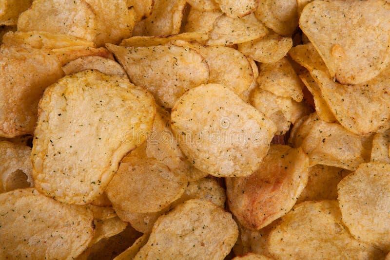 grupo de microplaquetas de batata fritadas fotos de stock
