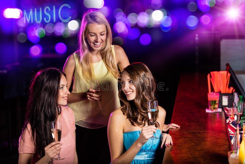 Grupo de moças que têm a celebração do partido imagens de stock royalty free