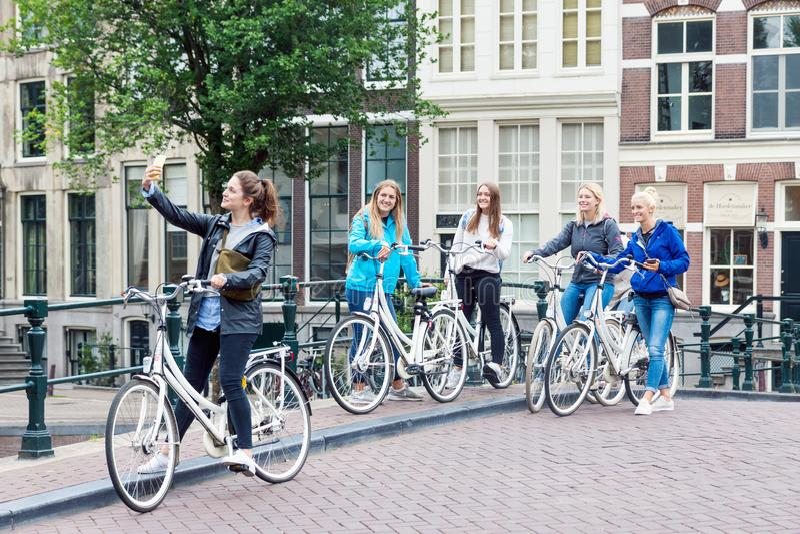 Grupo de moças de sorriso que tomam a foto do selfie na rua me fotos de stock royalty free
