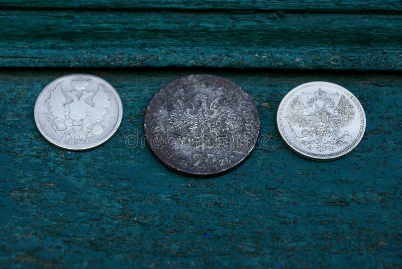 Grupo de moedas de prata retros em uma placa verde fotografia de stock
