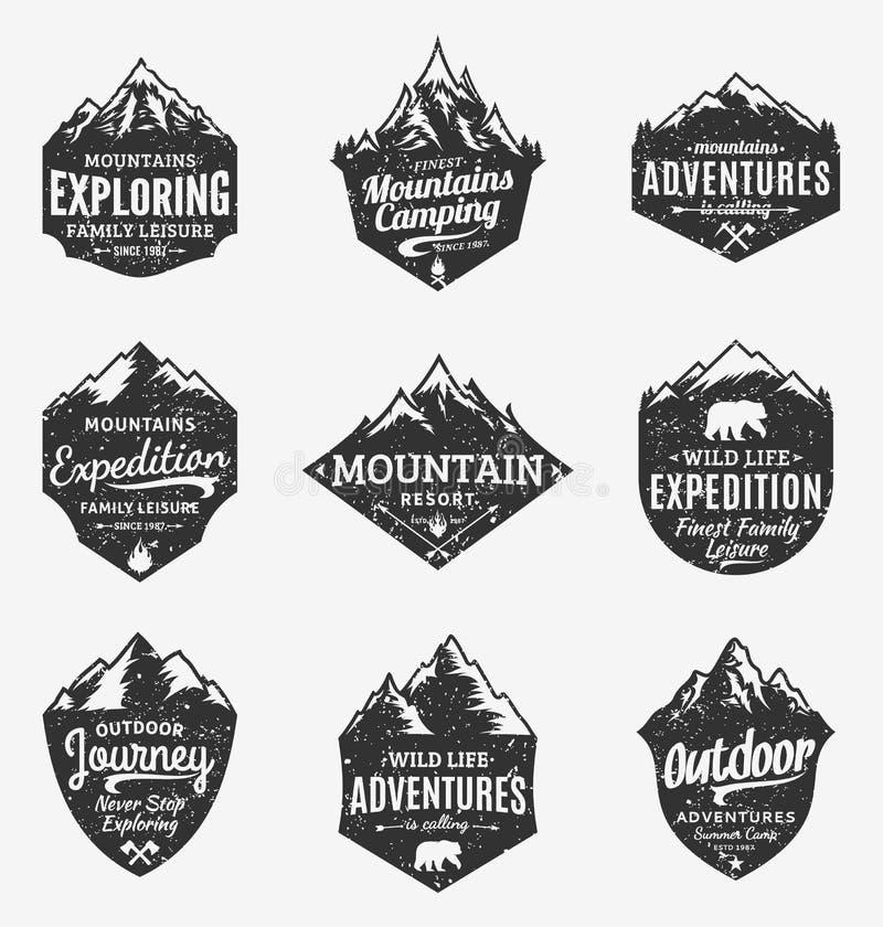Grupo de montanha denominada retro do vetor e de logotipo exterior das aventuras ilustração stock
