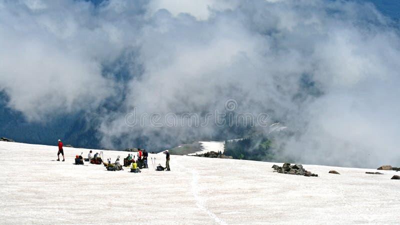Grupo de montanhistas de montanha em uma inclinação foto de stock