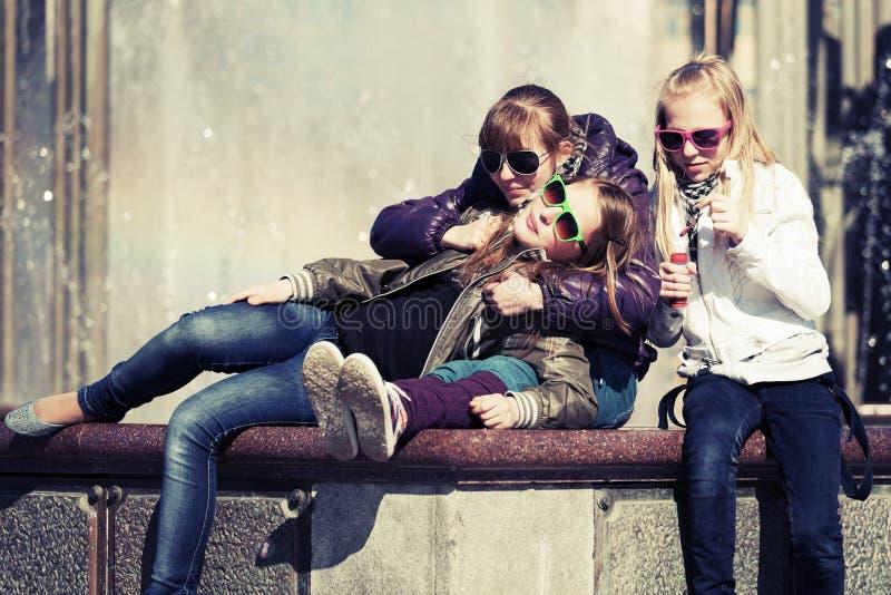 Grupo de muchachas adolescentes en una calle de la ciudad imagenes de archivo