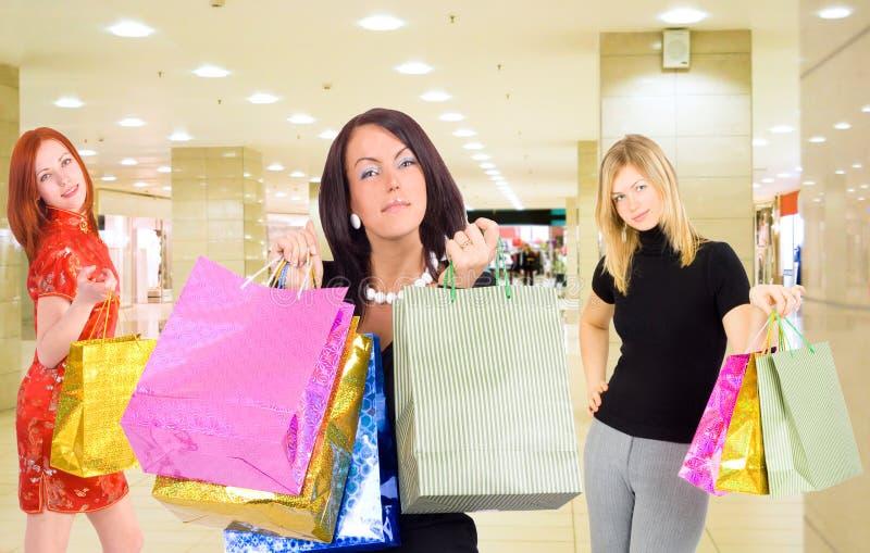 Grupo de muchachas de compras en una alameda imagen de archivo