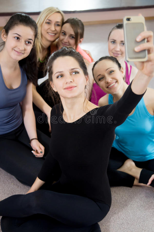 Grupo de muchachas deportivas hermosas que presentan para el selfie, autorretrato fotografía de archivo libre de regalías