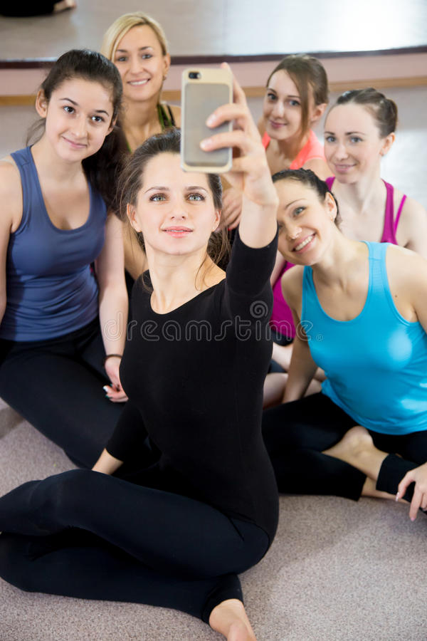 Grupo de muchachas deportivas hermosas que toman el selfie, ingenio del autorretrato fotos de archivo