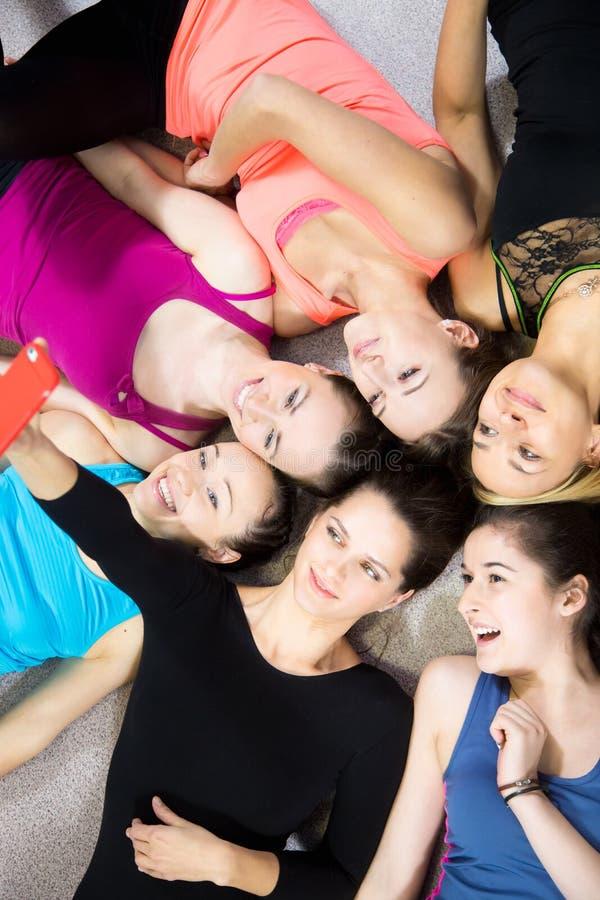 Grupo de muchachas deportivas hermosas que toman el selfie, ingenio del autorretrato imagen de archivo libre de regalías
