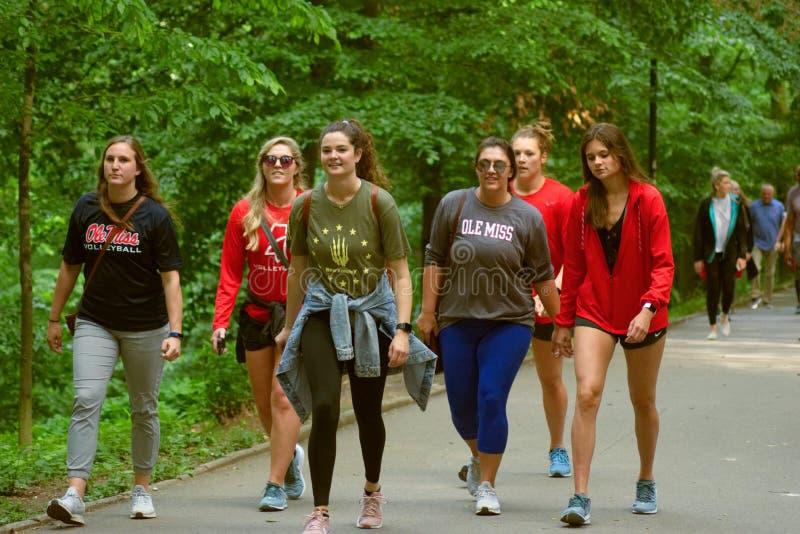 Grupo de muchachas en la ropa de deportes Ole Miss fotos de archivo libres de regalías
