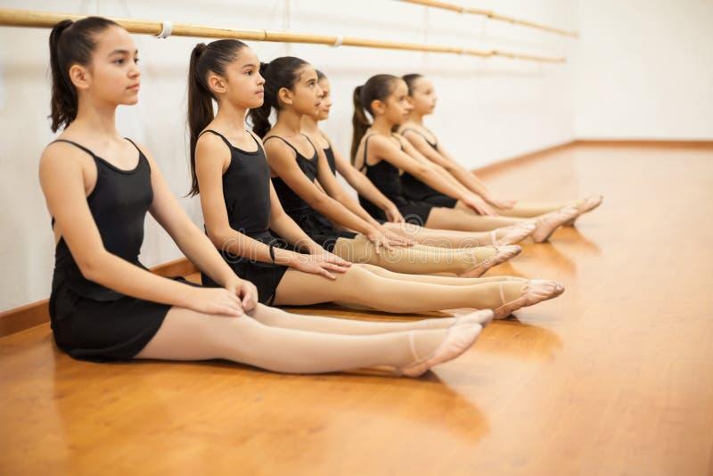 Grupo de muchachas en una clase de danza imágenes de archivo libres de regalías