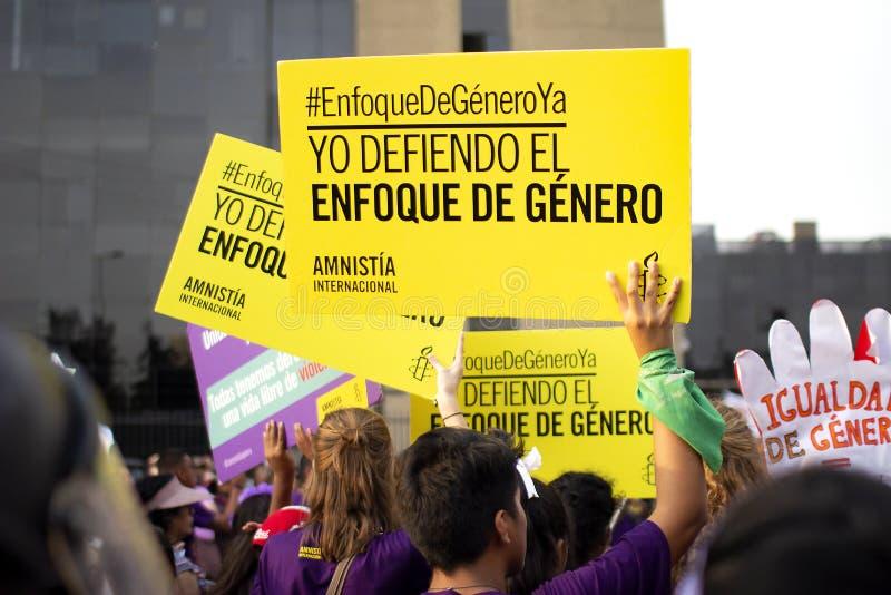 Grupo de muchachas y de mujeres peruanas con las banderas en la marcha del día de la mujer fotografía de archivo libre de regalías