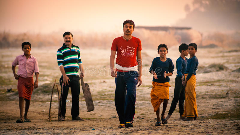 Grupo de muchachos indios que juegan al grillo de la reguera fotografía de archivo