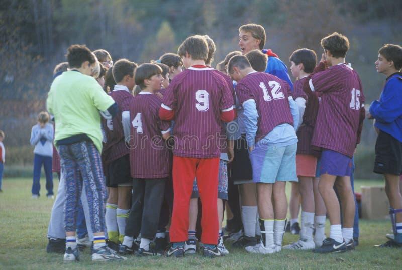 Grupo de muchachos jovenes que juegan al fútbol, Lyndonville, Vermont imágenes de archivo libres de regalías