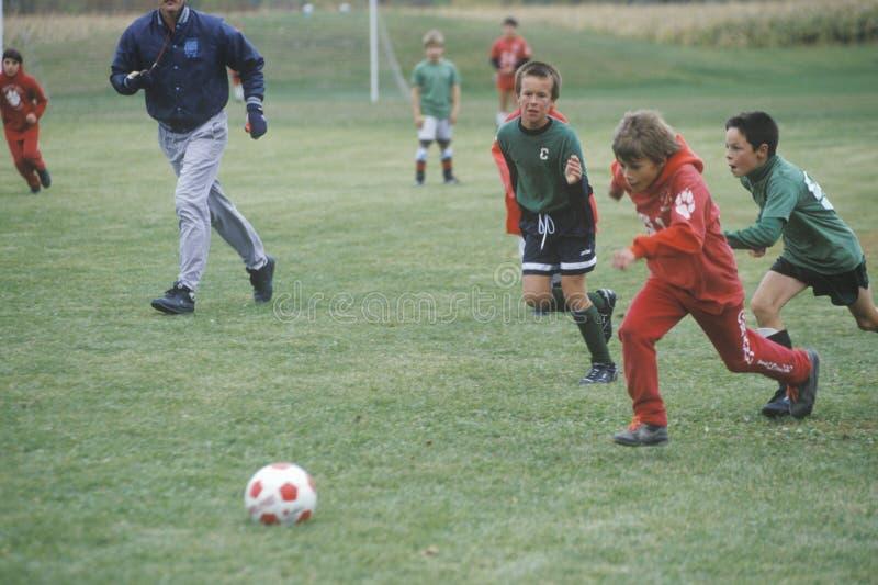 Grupo de muchachos jovenes que juegan a fútbol imagen de archivo libre de regalías
