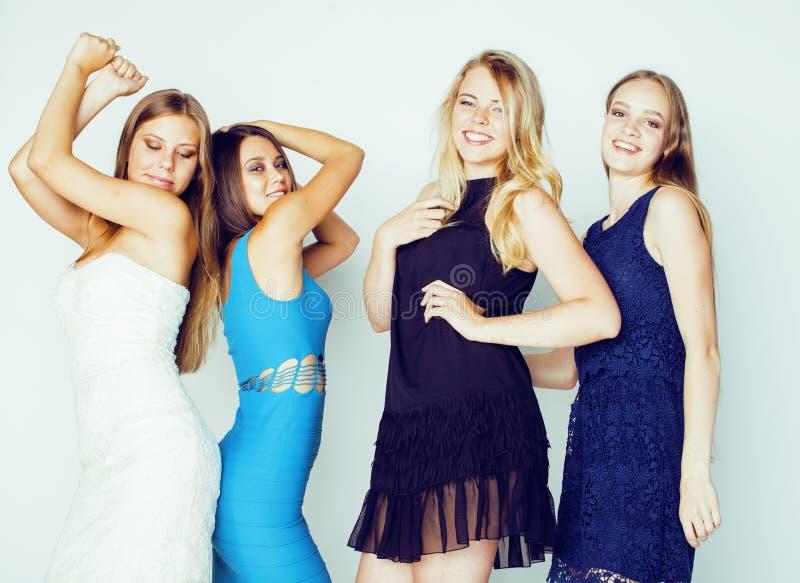 Grupo de muitas meninas modernas frescas nos clothers brilhantes junto que têm o divertimento isoladas no fundo branco, sorriso f imagem de stock royalty free