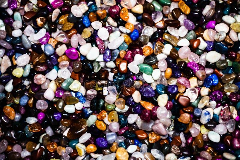 Grupo de muitas pedras preciosas naturais diferentes Coleção da ametista semipreciosa colorida pequena de pedras preciosas, lápis fotografia de stock
