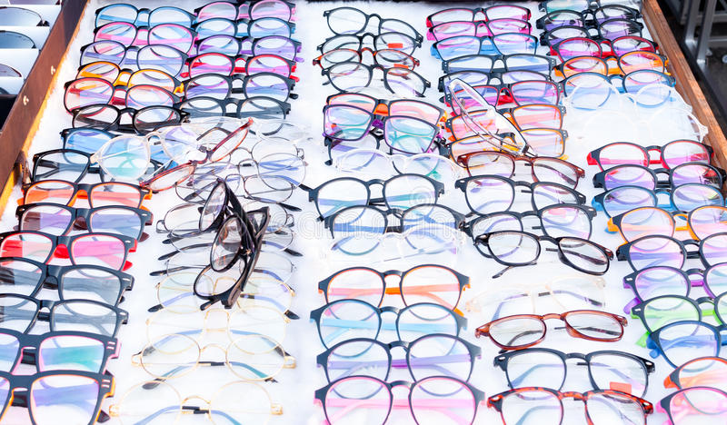 Grupo de muitos vidros coloridos nas fileiras foto de stock