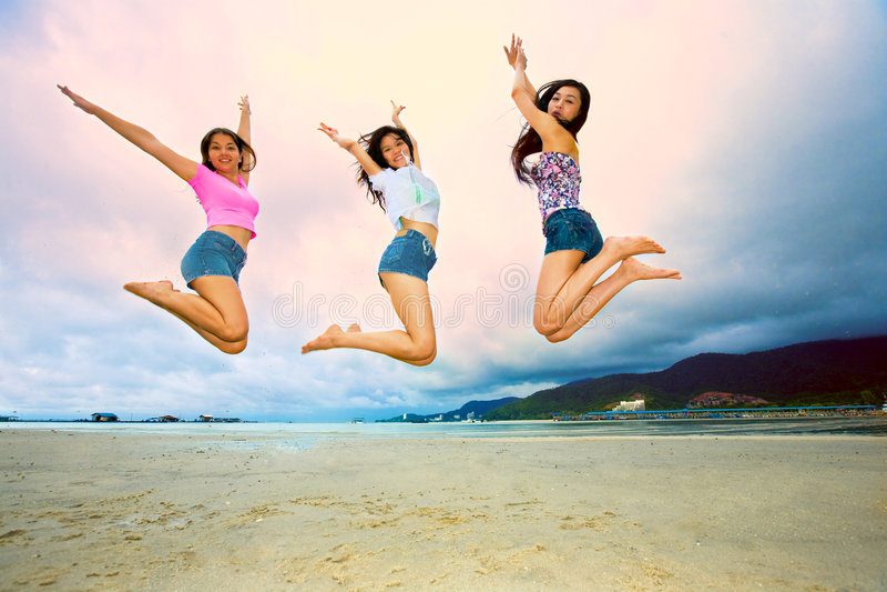 Grupo de mujer asiática feliz que salta encima de colmo fotos de archivo libres de regalías