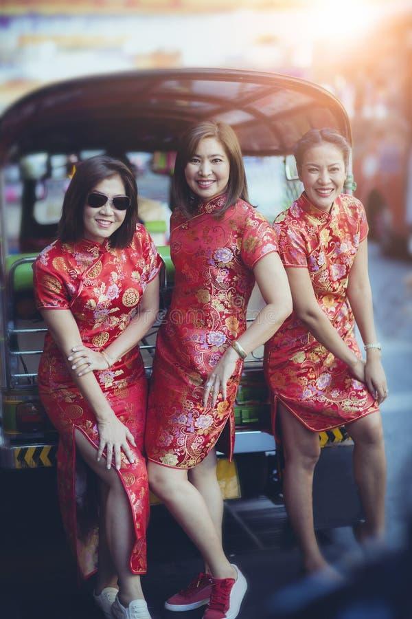 Grupo de mujer asiática que lleva la emoción de la felicidad de la cara de la ropa china de la tradición y la muestra sonrientes  foto de archivo