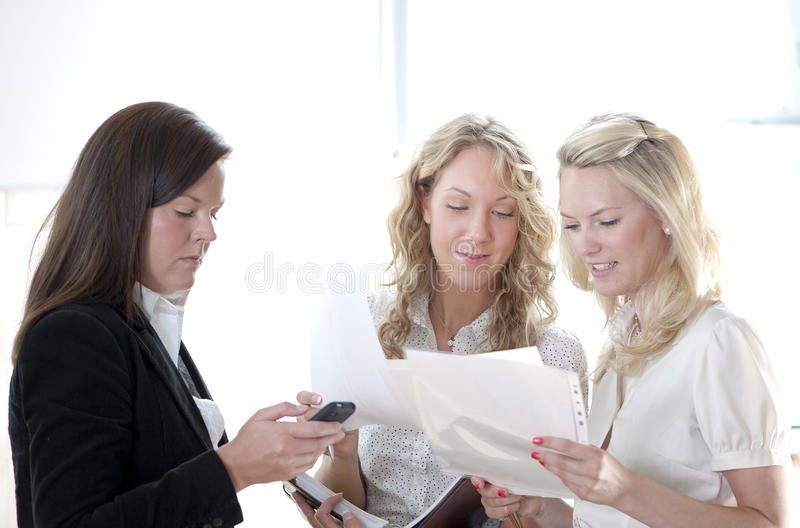 Grupo de mujeres de negocios imagenes de archivo