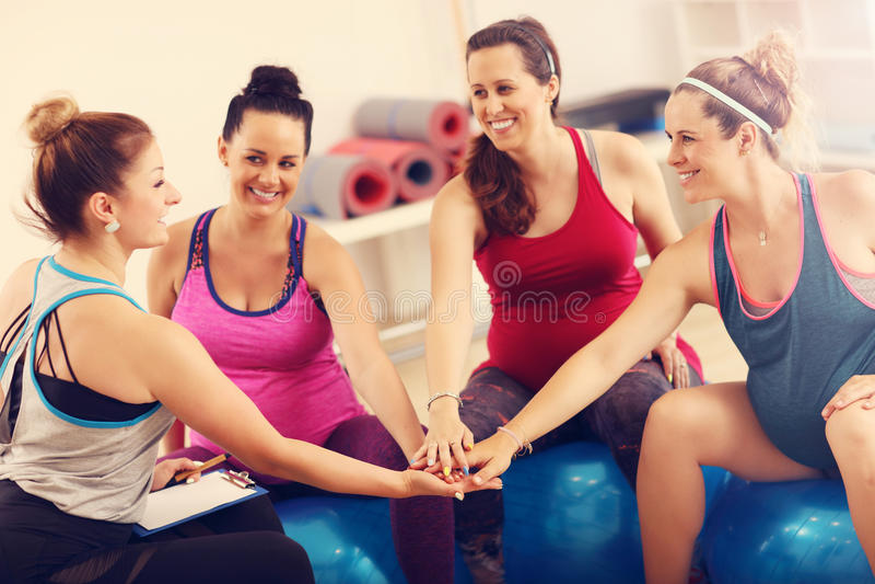 Grupo de mujeres embarazadas durante clase de la aptitud imagenes de archivo