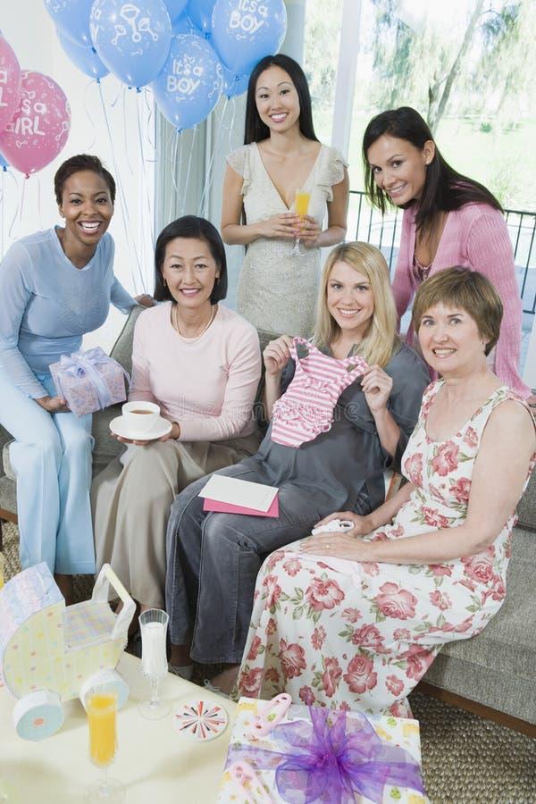 Grupo de mujeres en la fiesta de bienvenida al bebé imágenes de archivo libres de regalías