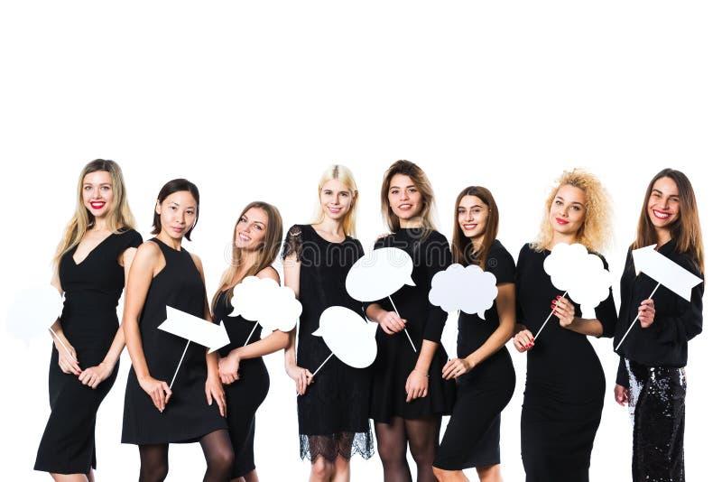 Grupo de mujeres hermosas jovenes en el vestido negro aislado en el fondo blanco foto de archivo libre de regalías