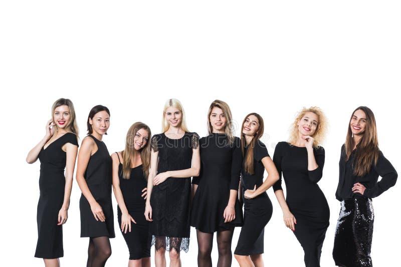 Grupo de mujeres hermosas jovenes en el vestido negro aislado en el fondo blanco fotos de archivo libres de regalías