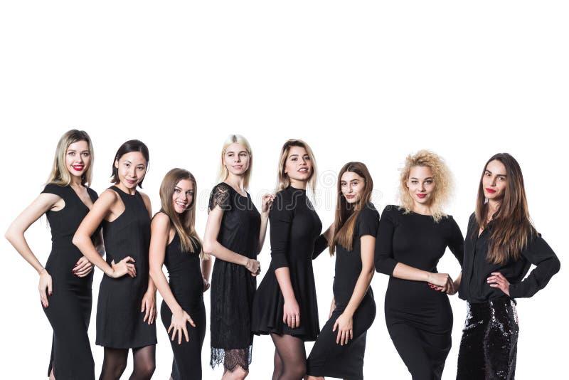 Grupo de mujeres hermosas jovenes en el vestido negro aislado en el fondo blanco imagen de archivo libre de regalías