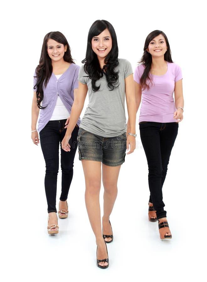 Grupo de mujeres hermosas que caminan junto foto de archivo