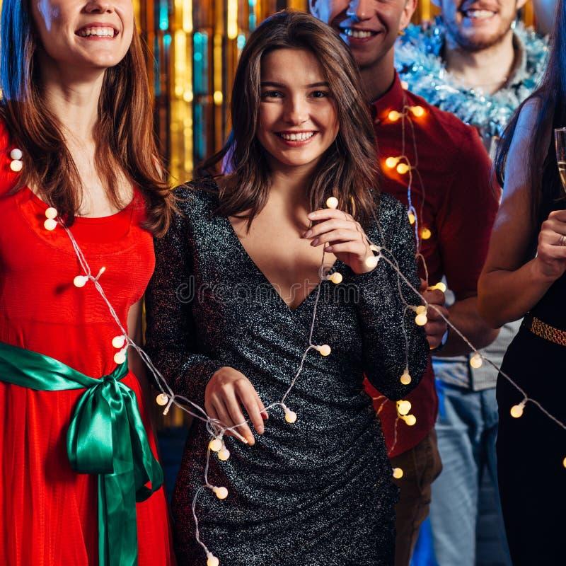 Grupo de mujeres jóvenes que celebran Año Nuevo o Navidad imágenes de archivo libres de regalías